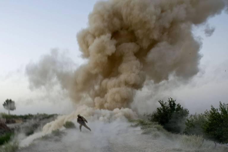 Fuzileiro americano escapa de explosão de bomba improvisada em Helmand, Afeganistão, em 2009
