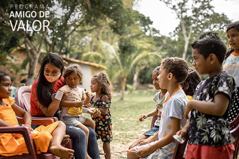 crianças brincando sentadas e rindo