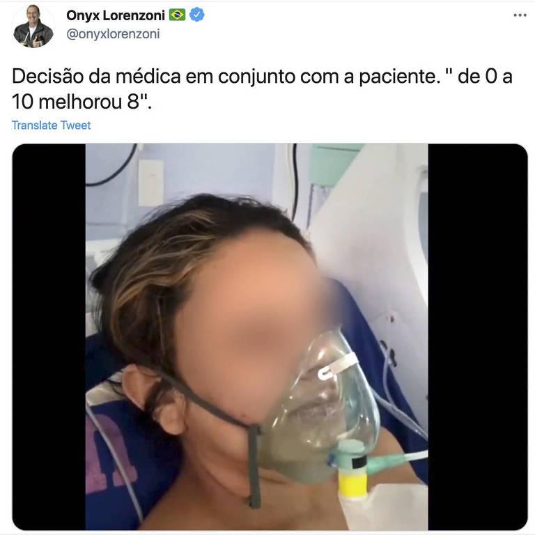 """Imagem de mulher recebendo nebulização (borrada pela edição) com a inscrição """"Decisão da médica junto com a paciente. De 0 a 10 melhorou 8"""""""" na conta de Onyx Lorenzoni em rede social."""
