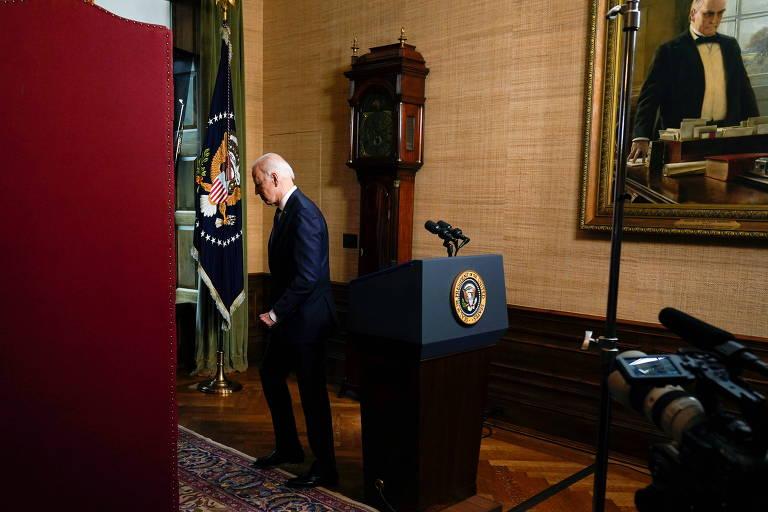 O presidente americano, Joe Biden, deixa o púlpito no qual fez o pronunciamento sobre a saída do Afeganistão