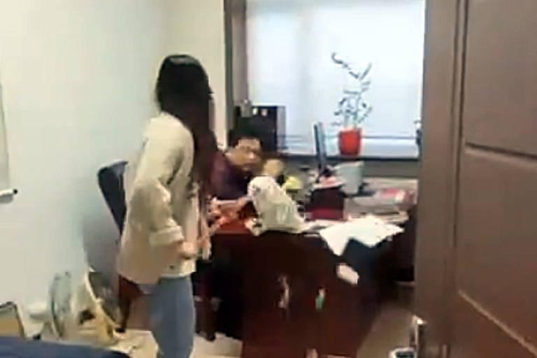 Mulher bate com esfregão em seu chefe na China após acusá-lo de assédio