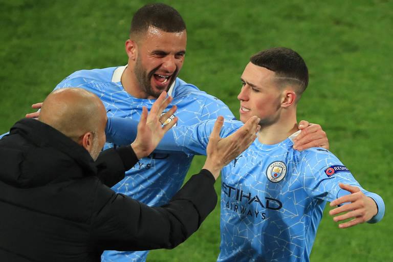 Phil Foden corre para abraçar Guardiola no segundo gol do Manchester City na Alemanha