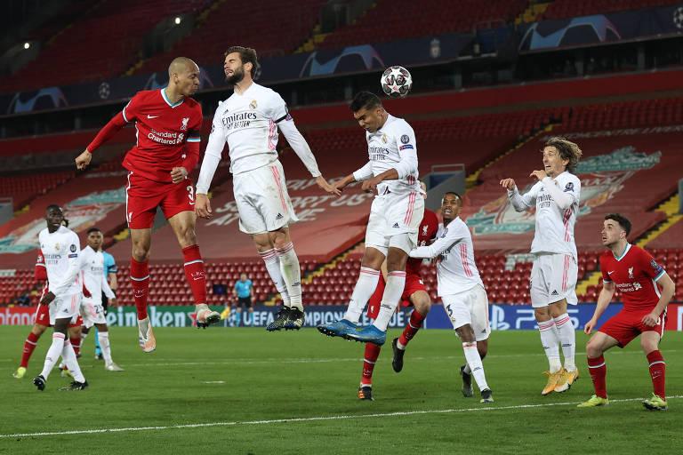 O brasileiro Casemiro tenta acertar cabeçada na defesa do Real Madrid contra o Liverpool