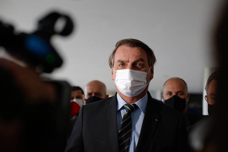 Homem de terno com máscara branca