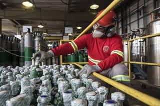 Producao do oxigenio medicinal  (usado por pacientes com Covid-19) na industria de gases medicinais Air Products: Funcionario Jailtom Gomes confere cilindros (verdes)  de oxigenio prontos para o consumo