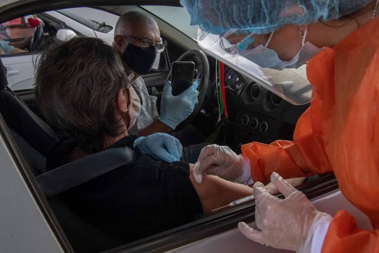 Profissional de saúde aplica vacina contra a Covid-19 em Ciudad de la Costa, no Uruguai