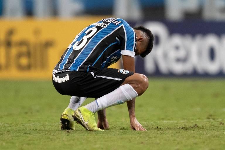 O zagueiro Rodrigues, do Grêmio, lamenta a derrota do time tricolor para o Independiente Del Valle