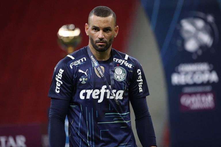 Goleiro Weverton do Palmeiras com a medalha de vice-campeão no pescoço