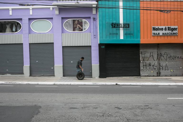 Sem eventos, comerciantes da rua São Caetano, conhecida como a Rua das Noivas, no centro de São Paulo, viram o movimento despencar