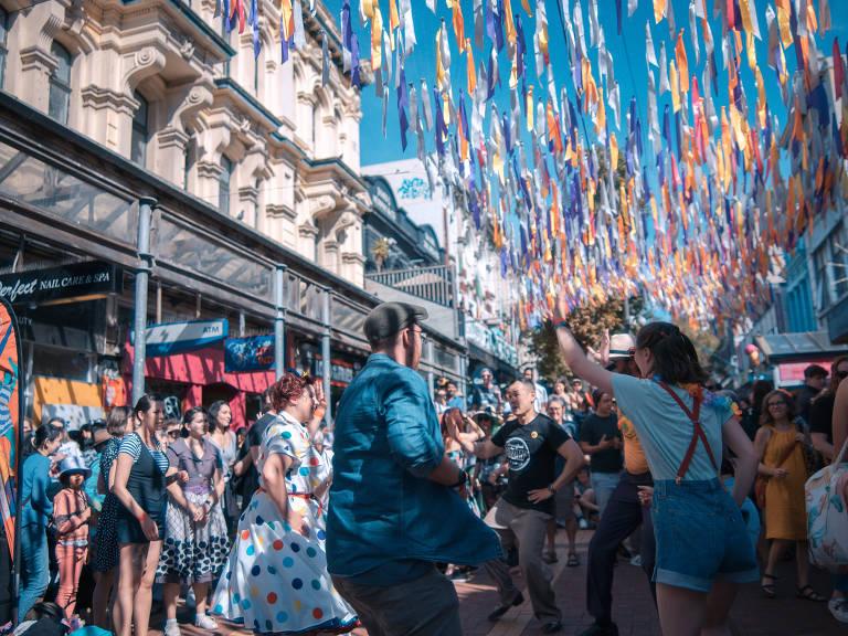Pessoas cantam e danças sem máscaras em festival nas  de Wellington, capital da Nova Zelândia, em 27 de março de 2021