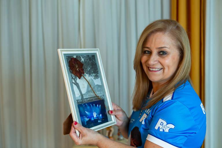 Sonia Aparecida Alves Diogo, fã do cantor Roberto Carlos, que tem duas rosas guardadas que ganhou dele em dois shows