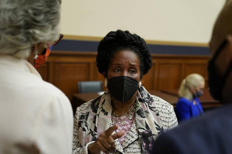 A deputada democrata Sheila Jackson conversa com colegas no Capitólio