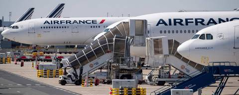 (FILES) This file photo taken on March 24, 2020 shows grounded Air France airplanes at the Roissy-Charles de Gaulle airport in Roissy-en-France, north of Paris, on the eight day of a lockdown aimed at curbing the spread of the COVID-19 (novel coronavirus) in France. - The EU approved a plan on April 6, 2021 by the French government to inject up to four billion euros into Air France, hit by a collapse in passenger traffic during the pandemic. The agreement, worth $4.7 billion, follows weeks of negotiations with the EU commission, which must ensure that state aid does not give companies an unfair advantage (Photo by Thomas SAMSON / AFP)