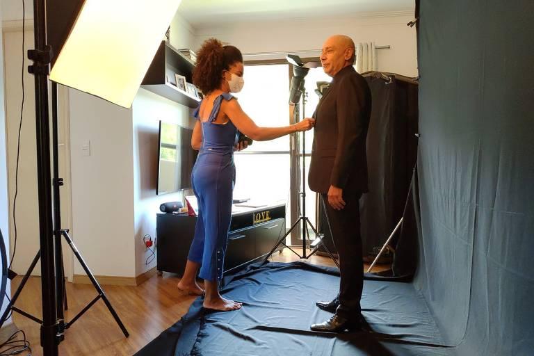 Em estúdio montado em sua casa, a fotógrafa Renata Pitanga faz ensaio corporativo com o cliente Pedro La Colina