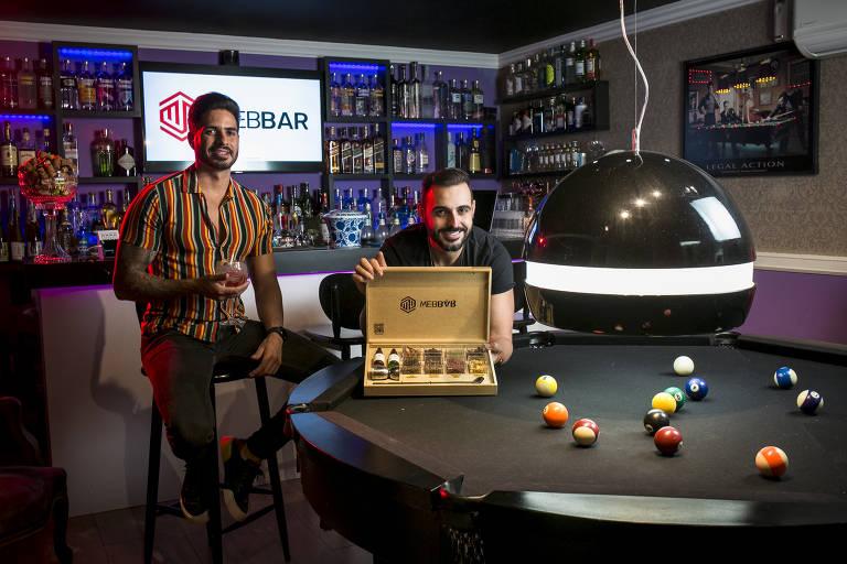 Os irmãos Elvis (à esquerda) e Denis Bueno Mota, na sede de sua empresa, a Web Bar, em São Bernardo do Campo, na Grande São Paulo