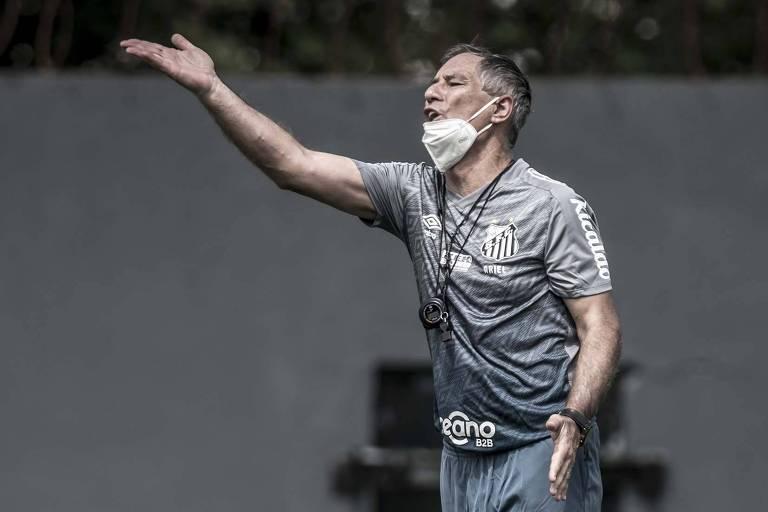 Técnico Ariel Holan durante treino do Santos no CT Rei Pelé