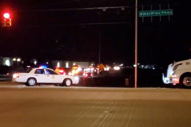 Viatura em rua de Indianápolis após ataque a instalação da empresa de entregas FedEx