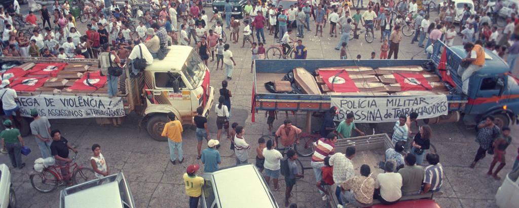 Caixões com corpos dos sem-terra mortos pela PM em Eldorado do Carajás (PA)
