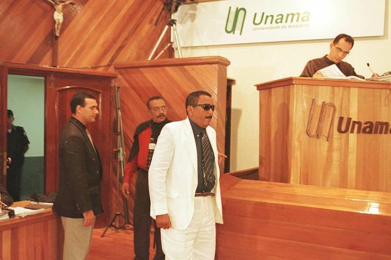 Em 2010, o major José Maria Oliveira, um dos comandantes da ação em Eldorado do Carajás, entra na sala de julgamento