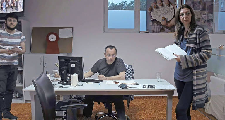 Razvan Lutak (esq.), Catalin Tolontan e Mirela Neag (dir.) na redação do jornal esportivo Gazeta Sporturilor
