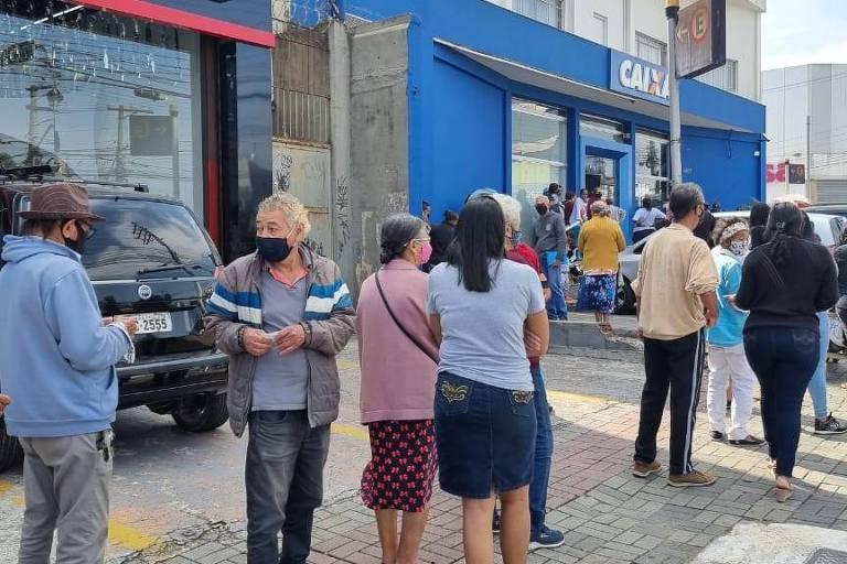 Agência da Caixa em São Miguel Paulista (zona leste de SP) tem fila no primeiro dia de saque do auxílio emergencial pelo público do Bolsa Família