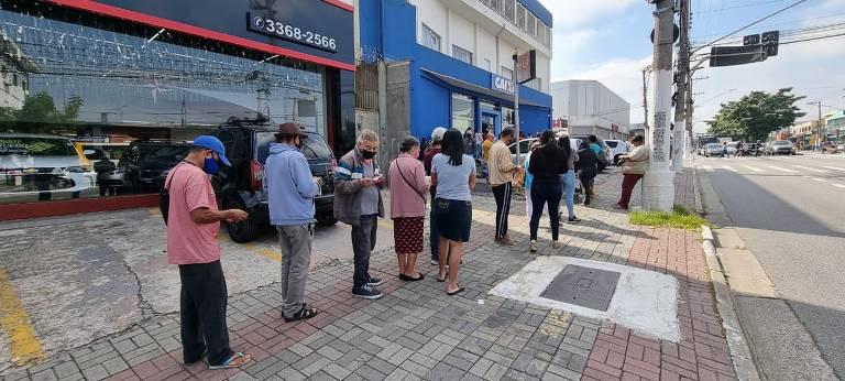 Grande fila do lado de fora de agência da Caixa em São Miguel Paulista, na zona leste de SP, para a liberação do auxílio para quem é do Bolsa Família, em abril
