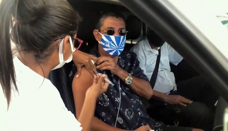 Zeca Pagodinho toma a primeira dose da vacina contra a Covid-19 no Rio