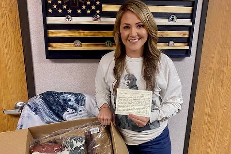 Enfermeira Britta Thomason com a caixa que recebeu de Taylor Swift em Dublin, Geórgia (EUA)