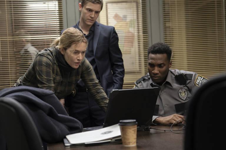 "Kate Winslet, Evan Peters e Justin Hurtt-Dunkley em cena da série ""Mare of Easttown"", da HBO"
