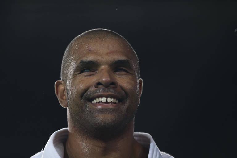 Antônio Tenório no pódio na Rio-2016 após ter conquistado a medalha de prata