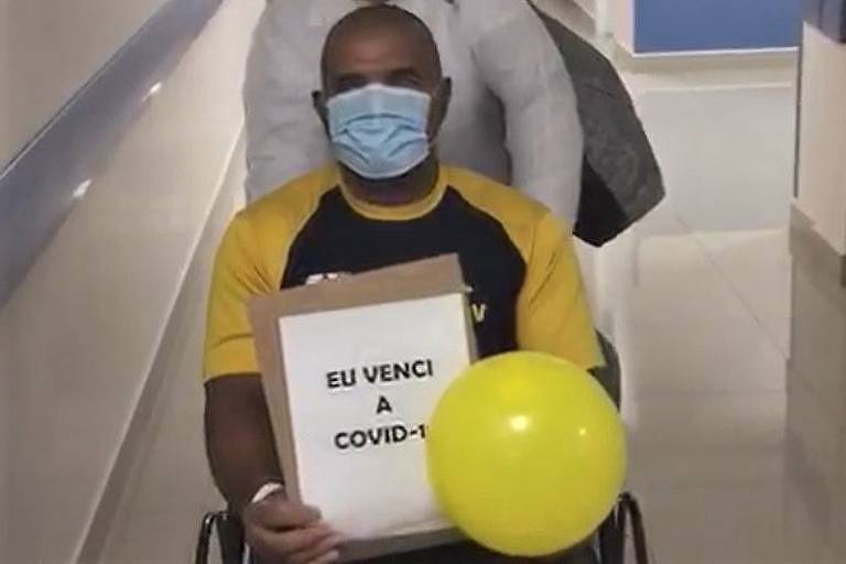 Antônio Tenório deixa o hospital após se recuperar da Covid-19
