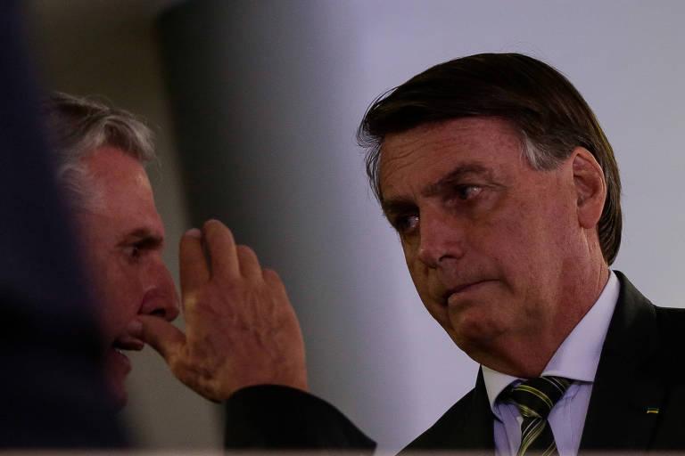 O presidente Jair Bolsonaro, à dir., ao lado do ex-presidente Fernando Collor durante evento no Palácio do Planalto