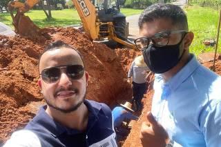 O prefeito de Mirandópolis, Everton Sodario, sem máscara, faz selfie em sua cidade