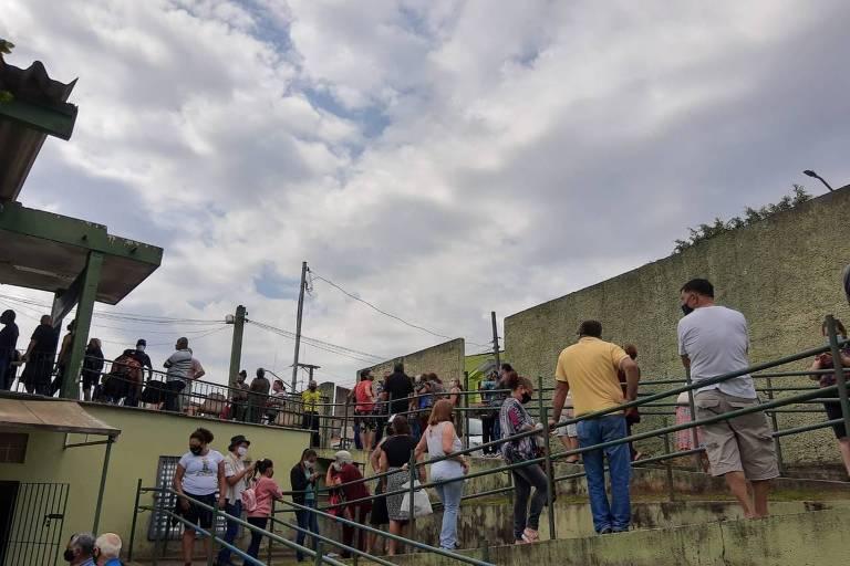 Idosos enfrentam fila para tomar vacina contra a Covid-19