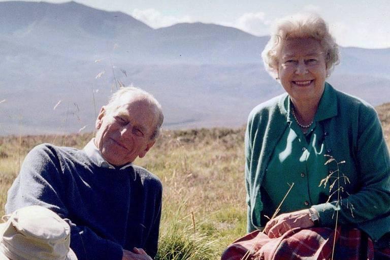 Rainha Elizabeth e príncipe Philip em montanha na Escócia