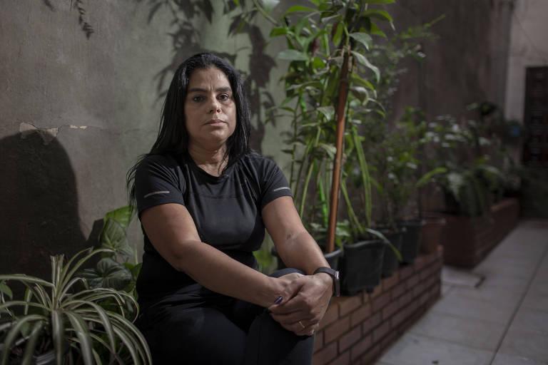 A coordenadora comercial Eliane Ferreira dos Santos, 48, ao lado do jardim que estão construindo em homenagem a mãe Osmarina Ferreira dos Santos, 78, que morreu de Covid-19