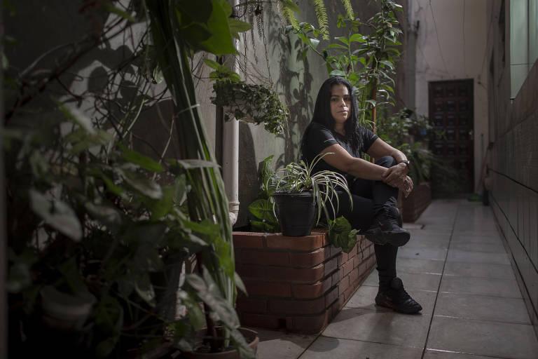 A coordenadora comercial Eliane Ferreira dos Santos, 48, ao lado do jardim que estão construindo em homenagem à mãe Osmarina Ferreira dos Santos, 78, que morreu de Covid-19