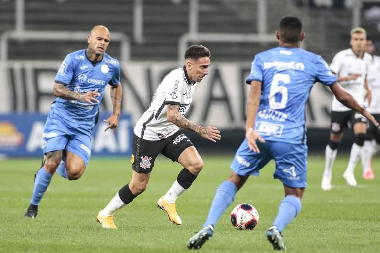 Gustavo Mosquito armada jogada durante partida entre Corinthians e São Bento pelo Campeonato Paulista