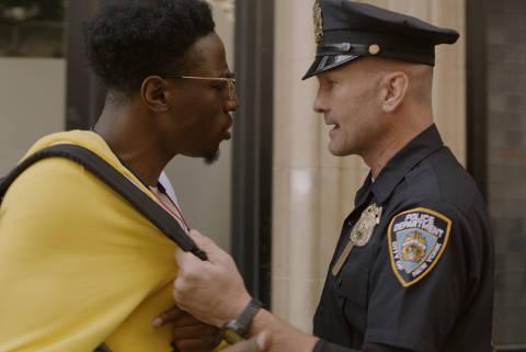 Joey Bada$$ e Andrew Howard em cena de 'Dois Estranhos', da Netflix
