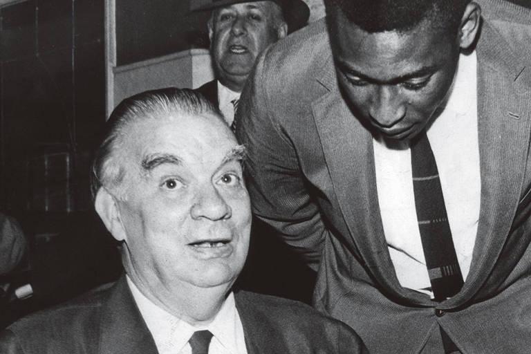 O jornalista e escritor Mario Filho ao lado de Pelé
