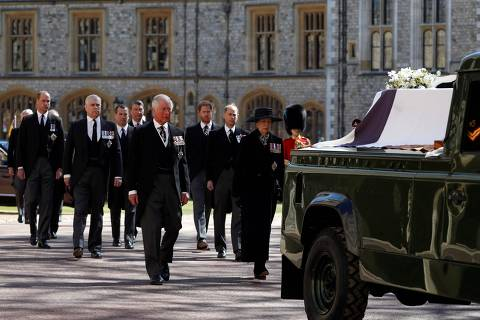 TOPSHOT - Britain's Prince Charles, Prince of Wales (C) and Britain's Princess Anne, Princess Royal, (R) lead the ceremonial funeral procession of Britain's Prince Philip, Duke of Edinburgh to St George's Chapel in Windsor Castle in Windsor, west of London, on April 17, 2021. - Philip, who was married to Queen Elizabeth II for 73 years, died on April 9 aged 99 just weeks after a month-long stay in hospital for treatment to a heart condition and an infection. (Photo by Alastair Grant / POOL / AFP)