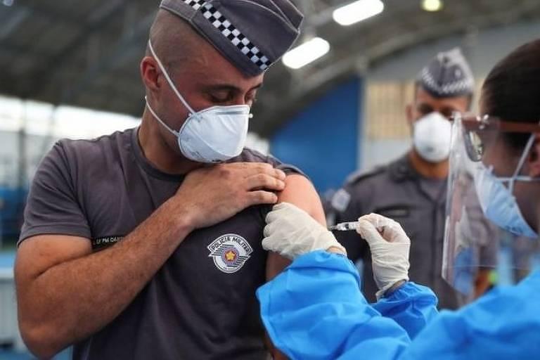 policial é vacinado em posto de saúde