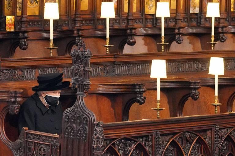 Imagem da rainha Elizabeth isolada em funeral do marido gera comoção nas redes sociais