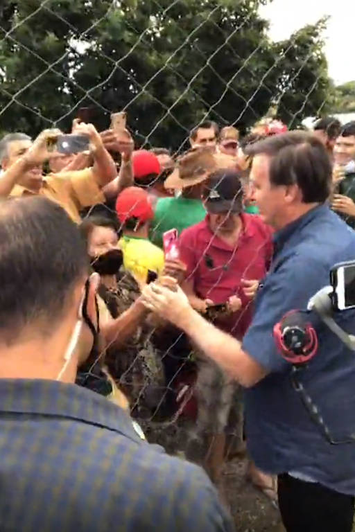 Sem máscara, Bolsonaro gera aglomeração em cidade goiana