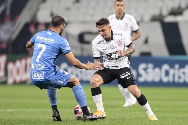 Gustavo Mosquito tenta escapar da marcação durante partida entre Corinthians e São Bento