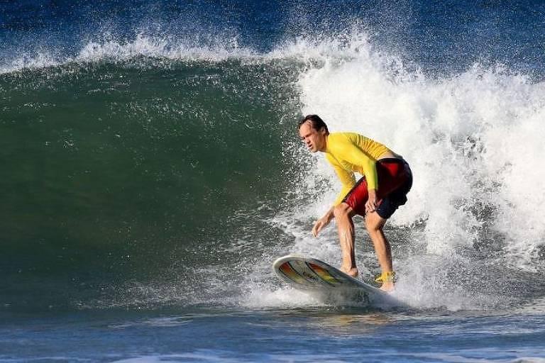 Tom Vanderbilt aprendeu a surfar com quase 40 anos