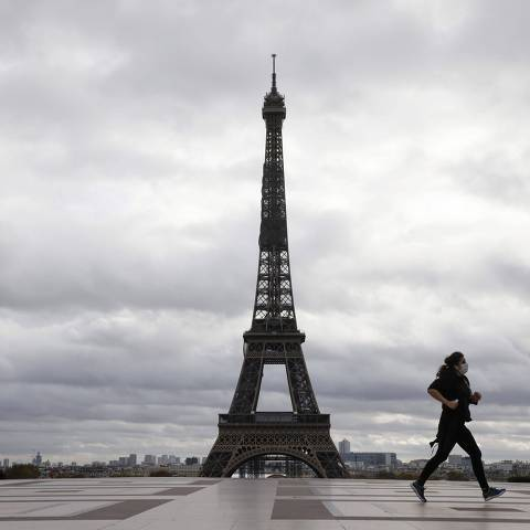 A woman runs on the Trocadero square on the fourth day of a lockdown aimed at containing the spread of the novel coronavirus (Covid-19) in Paris on November 2, 2020. (Photo by Ludovic MARIN / AFP)