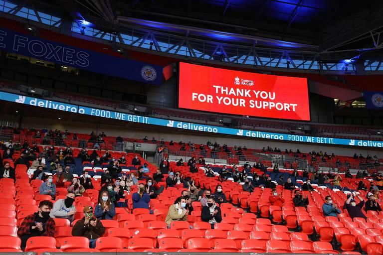Publico assiste à partida entre Leicester e Southampton, válida pela semifinal da Copa da Inglaterra, neste domingo (18), em Wembley; jogo, que recebeu 4.000 espectadores, serviu como teste para a volta dos torcedores aos estádios