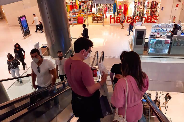Movimento no Shopping Cidade São Paulo, na avenida Paulista
