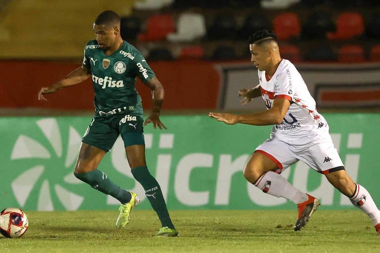 Wesley, do Palmeiras, domina a bola durante partida contra o Botafogo (SP)